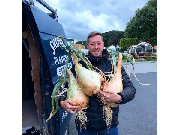 Фермер виростив гігантську цибулю завбільшки з 2 людські голови Рис.2
